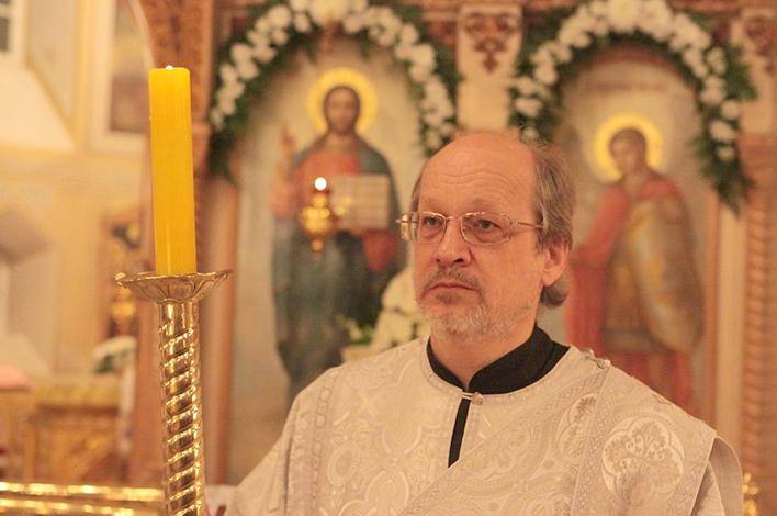Леонид Каюров на службе в храме