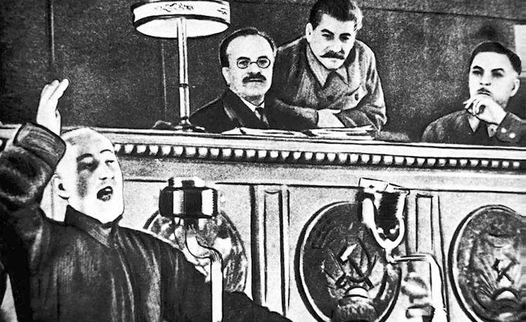 Молотов, Сталин и Ворошилов слушают поэта Сулеймана Стальского