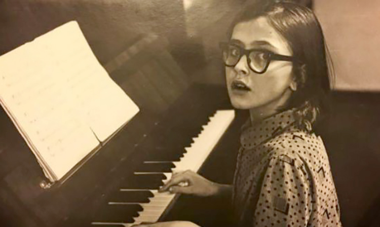 Ольга Сумская за занятием музыкой в детстве