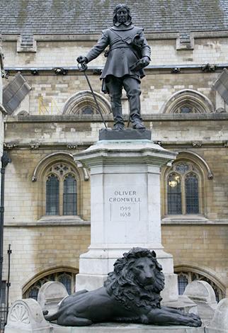 Статуя Оливера Кромвеля, Вестминстер, 1899 г. работы Хамо Торникрофта возле Вестминстерского дворца, Лондон