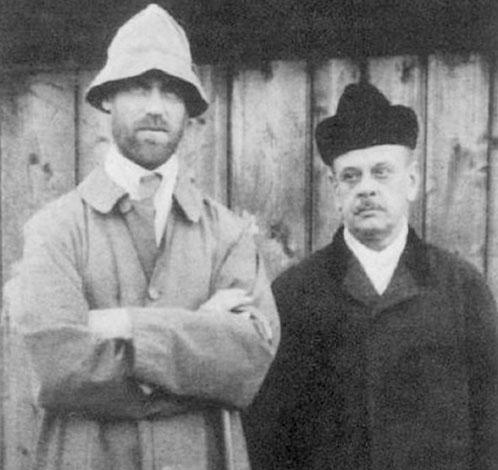 Михаил Романов (слева) на фото 1918 г.