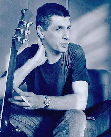 Сергей Коржуков с гитарой