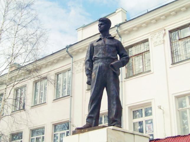 Памятник Олегу Кошевому в Томске