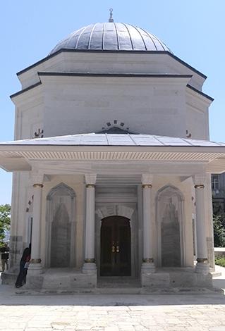 Вход в мавзолей, где похоронена Хафса Султан