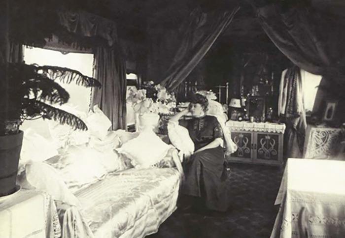 Анастасия Вяльцева в салоне личного вагона, который оборудован для гастрольных поездок по русской провинции