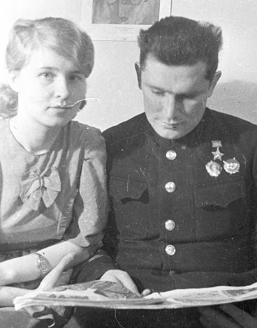 С женой Евгений