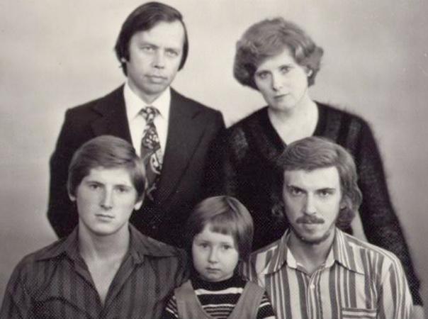 Сергей Джигурда (нижний ряд, справа) с семьей в молодости