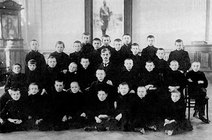 Михаил Лаврентьев (верхний ряд, четвертый справа) среди учеников коммерческого училища в Казани