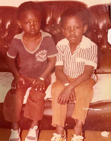 Омар Си (слева) в детстве с братом