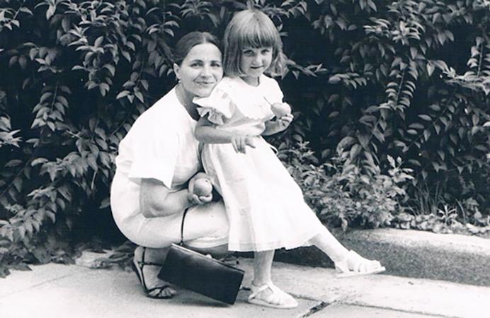 Тоня Матвиенко с мамой в детстве