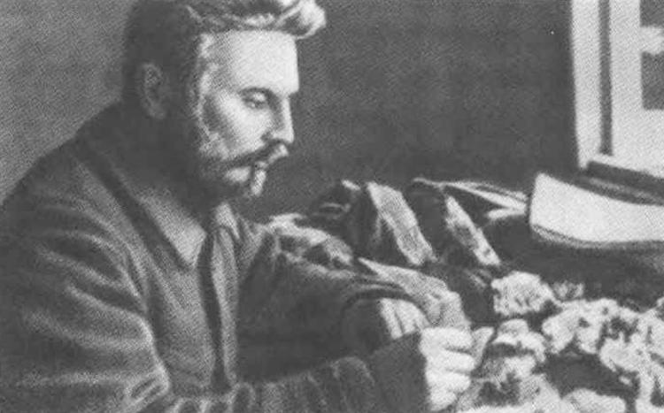 Владимир Русанов разбирает геологическую коллекцию
