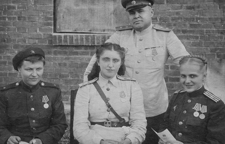 Николай Антипенко с врачами-хирургами фронтового госпиталя. Жена Елена в центре