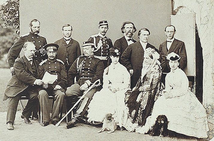Александр III и его супруга Мария Федоровна. Константин Победоносцев справа