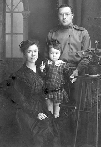 С первой женой Лидией и дочерью Галиной (1914)