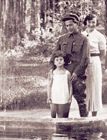Со второй женой Евгенией и приемной дочерью Натальей