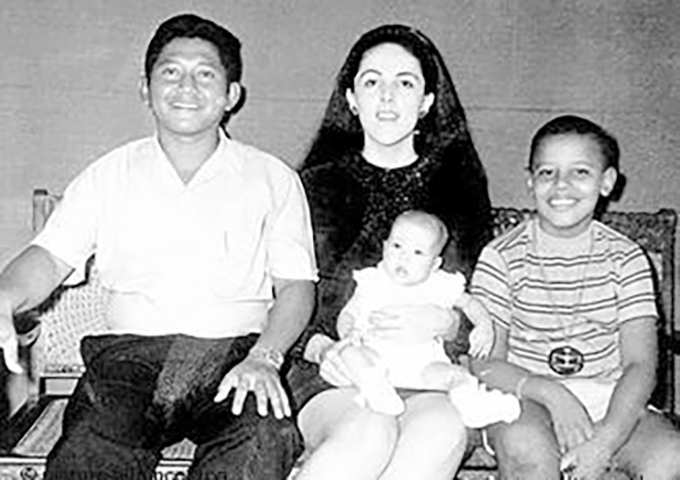 Детский снимок Обамы с матерью, сводной сестрой и отчимом в Джакарте