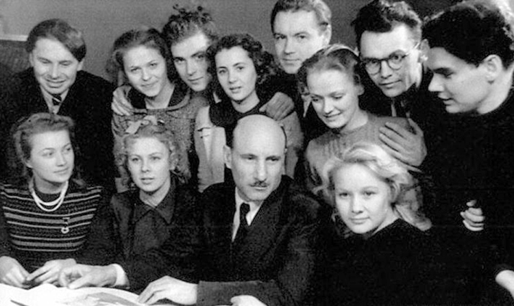 Нина Гребешкова (второй ряд, третья справа) во время учебы во ВГИКе