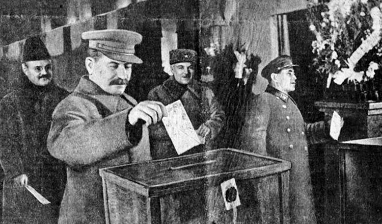 Н. Ежов (справа), И. Сталин, В. Молотов, К. Ворошилов на выборах 1937 г.